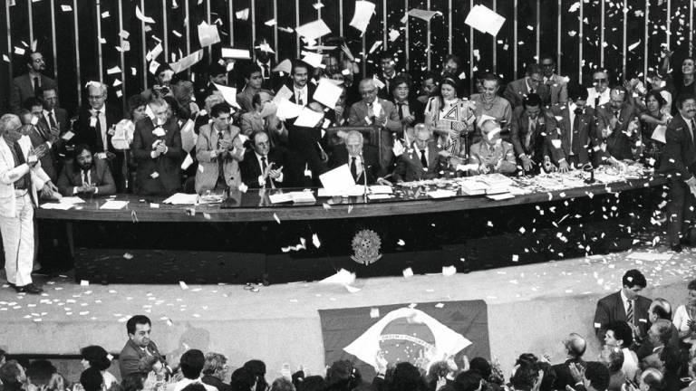 1988 - A Constituição cidadã: carta Magna garantiu direitos básicos a todos os brasileiros, mas faltou discriminar a origem dos recursos para que o Estado cumpra seus deveres