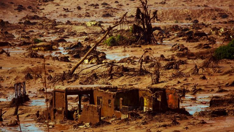 2015 - Desastre de Mariana e o Brasil na lama: o rompimento de uma barragem da Samarco em Mariana, MG, provocou a maior tragédia ambiental da história do Brasil