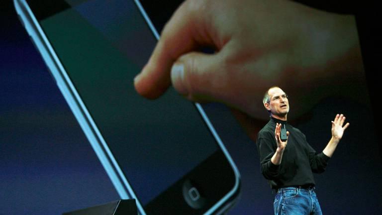 2007 - A revolução do iPhone: Steve Jobs redefiniu a forma de interagir e transformou os negócios ao lançar um aparelho de design elegante e aberto a novos aplicativos