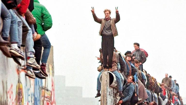 1989 - A queda do muro de Berlim: o maior símbolo da divisão mundial foi derrubado por populares em ato que marcou o fim da Guerra Fria e o colapso do império comunista da URSS