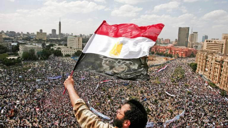 2010 - A primavera árabe: convocado pela internet e pelas redes sociais, levante inédito derrubou chefes de Estado opressores, mas gerou guerras civis sangrentas e crise migratória