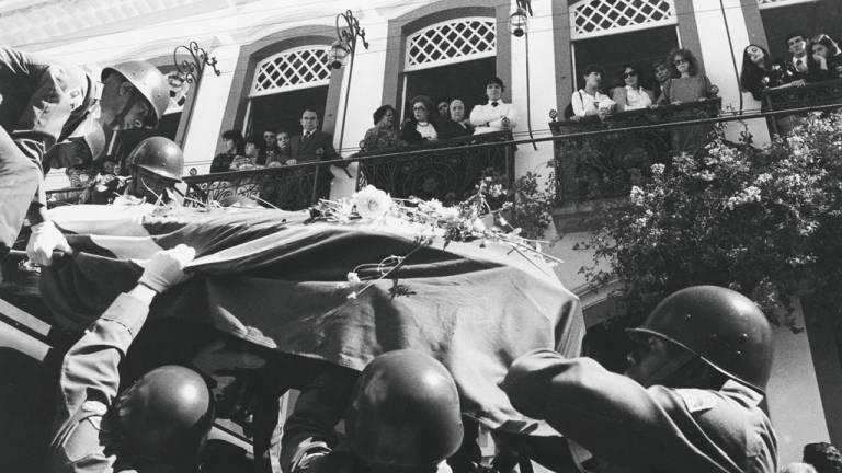 1985 - O Brasil perde Tancredo Neves: a morte de Tancredo às vésperas da posse como presidente da República causou comoção nacional, num reencontro da população com civismo