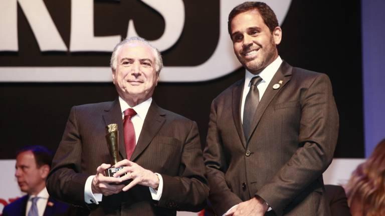 O presidente da República Michel Temer e o presidente-executivo da Editora Três, Caco Alzugaray, durante a premiação Brasileiros do Ano 2016