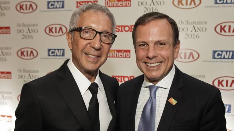 Os empresários Abílio Diniz e João Doria posam para fotos durante a recepção do prêmio Brasileiros do Ano 2016.