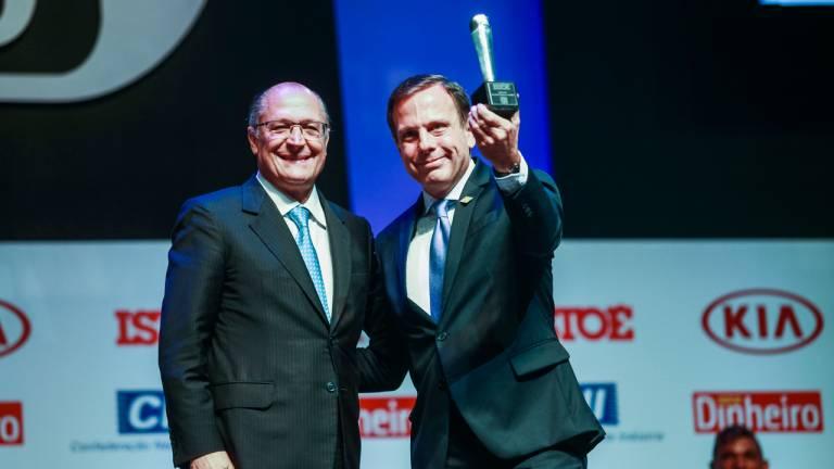 João Doria, prefeito eleito de São Paulo, recebe do governador Geraldo Alckmin o prêmio Brasileiro do Ano na categoria Política, por surpreender o País ao ser eleito no primeiro turno.