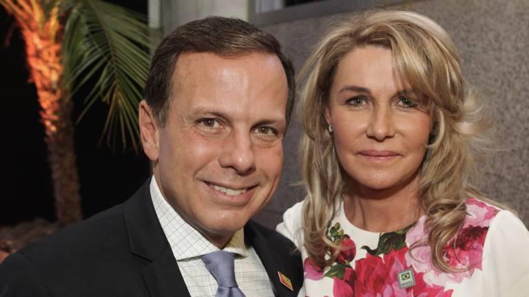 O prefeito eleito de São Paulo posa para fotos ao lado da esposa Bia Doria.