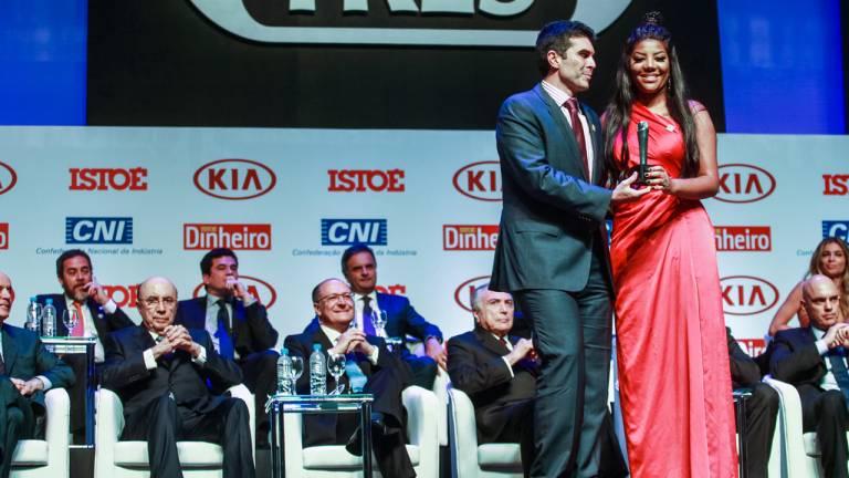 A cantora Ludmilla recebe do Ministro das Cidades Bruno Araújo o prêmio Brasileiro do Ano na categoria Música.