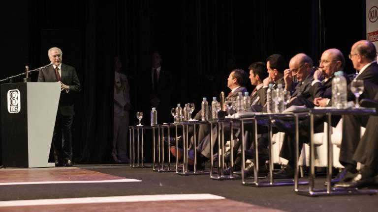 Temer discursa após receber o prêmio de Brasileiro do Ano de 2016.