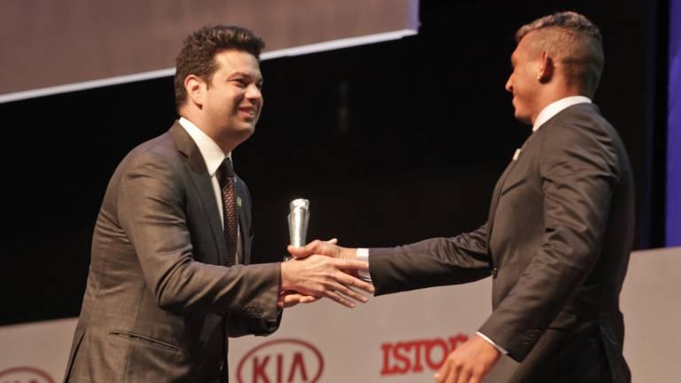 O canoísta Isaquias Queiroz recebe do Ministro Leonardo Picciani o prêmio de Brasileiro no Ano na categoria Esporte.