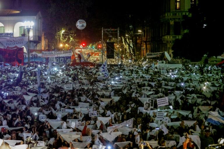 Protesto reúne milhares contra decisão favorável a repressores na Argentina
