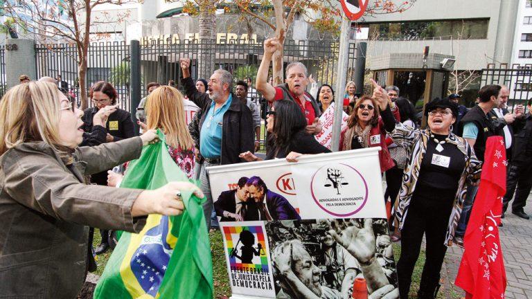CLIMA DE FLA X FLU São esperadas cerca de 50 mil pessoas no exterior do fórum de Curitiba. O possível enfrentamento preocupa a polícia
