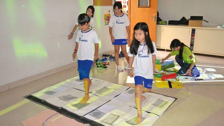 <strong>PROGRAMAÇÃO</strong> Alunos do colégio Pioneiro brincam em um tapete de dança programado a partir de conteúdos vistos em sala