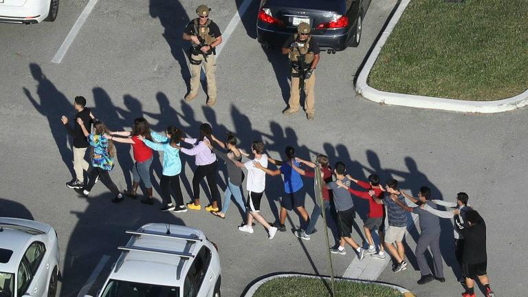 Xerife autoriza agentes com fuzis em escolas nos EUA