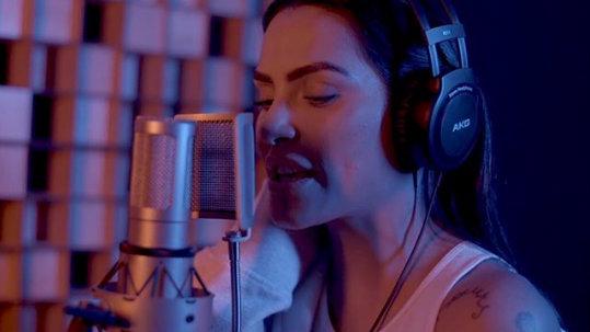 Cleo Pires lança suas primeiras músicas como cantora
