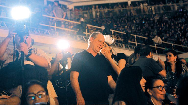 FOLCLÓRICO Ciro Gomes visita Parintins (AM), maior festa do folclore nacional
