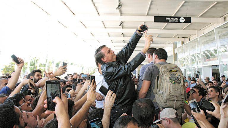 """""""MITO"""" Centenas de   militantes recebem Bolsonaro   no Aeroporto de São José do   Rio Preto (SP)"""