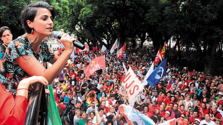 ESTRELA NO PEITO  Manuela D'Ávila participa de ato em favor de Lula com mulheres de Porto Alegre