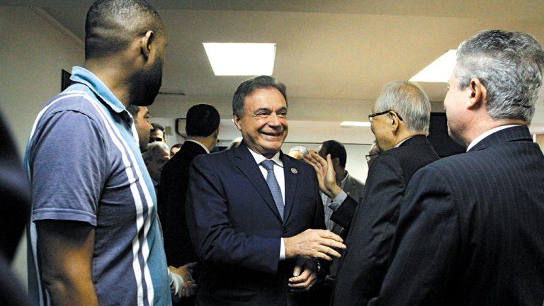 DIRETO DA 25 DE MARÇO  Alvaro Dias   se reúne com   comerciantes   paulistas na   Associação Comercial   de São Paulo
