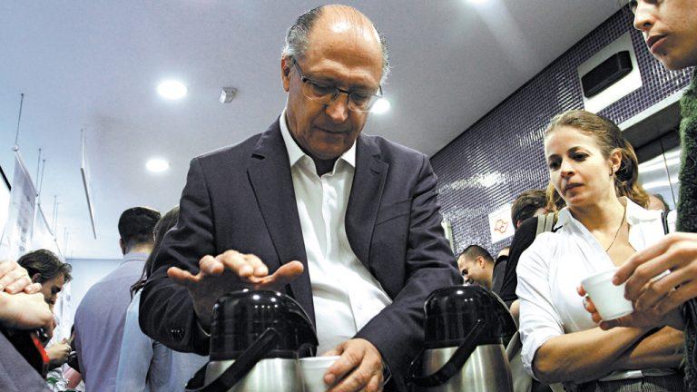 VOO TUCANO Geraldo   Alckmin participa de   palestra para alunos da   FGV em São Paulo, na   esperança de decolar