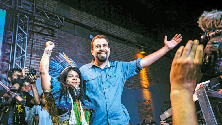 QUER APITO Guilherme Boulos e sua candidata a vice, a indígena Sônia Guajajara, em evento em São Paulo