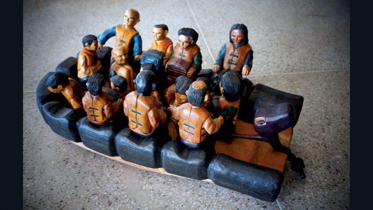 Esculturas feitas com a colaboração de artesãos brasileiros