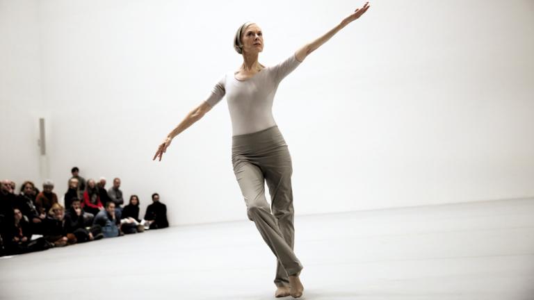 Lucinda Childs em performance no átrio do MoMA