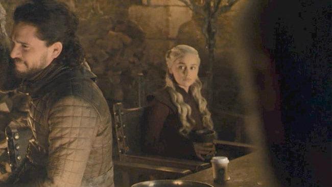 Copo da Starbucks aparece em cena de 'Game of Thrones'