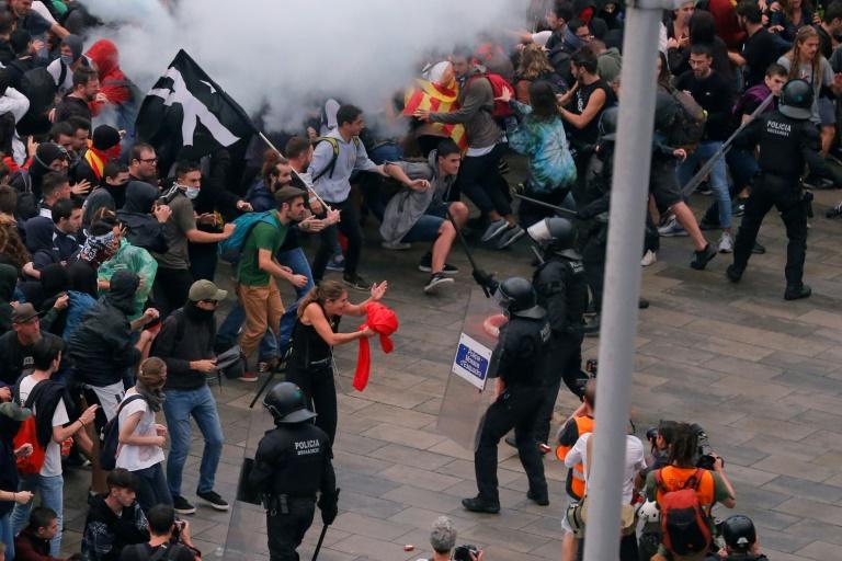 Madri denuncia 'violência generalizada' em protestos na Catalunha
