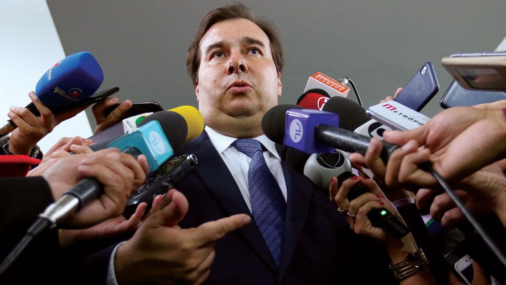 Bolsonaro fica 'arrumando inimigo para arranjar um conflito', diz Maia