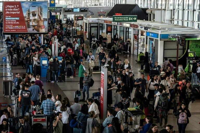 Madrugada de resignação e ansiedade no aeroporto de Santiago