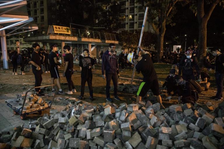 Homem morre atingido por tijolo durante protestos em Hong Kong
