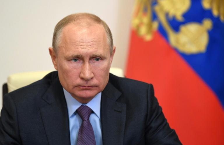 Putin diz que uma de suas filhas tomou a vacina produzida na Rússia