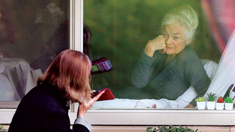 PELA JANELA  Cuidados com os idosos: visitações mantidas, mas  com presença  física limitada