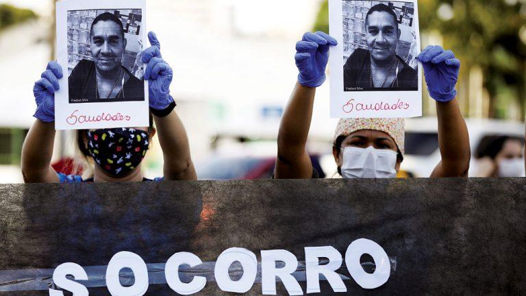 RISCOS Funcionários protestam contra  falta de equipamentos de proteção  individual em hospital de Manaus