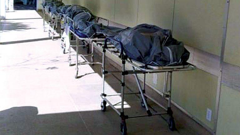 TRAGÉDIA Corpos enfileirados em necrotério no Rio de Janeiro: falta de estrutura hospitalar