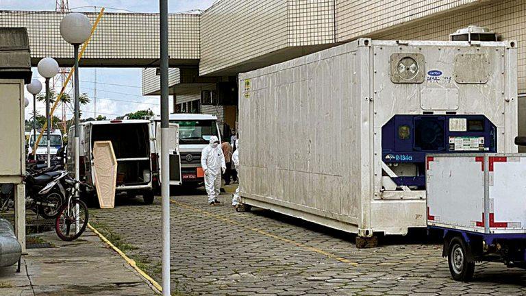 LUTO Caminhões frigoríficos guardam corpos em Manaus