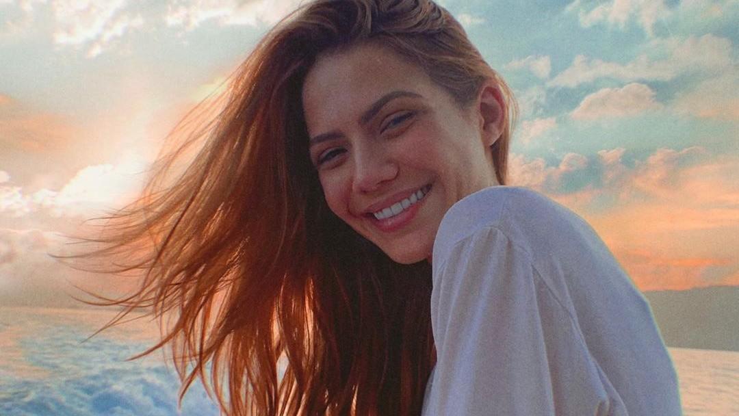 Sarah Poncio aproveita férias na Bahia e anda de buggy