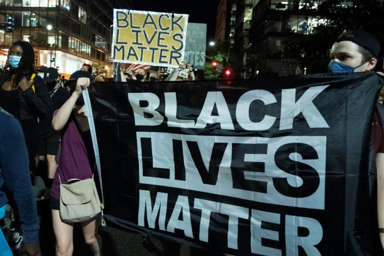 Por desodorante, homem negro é agredido por segurança de mercado