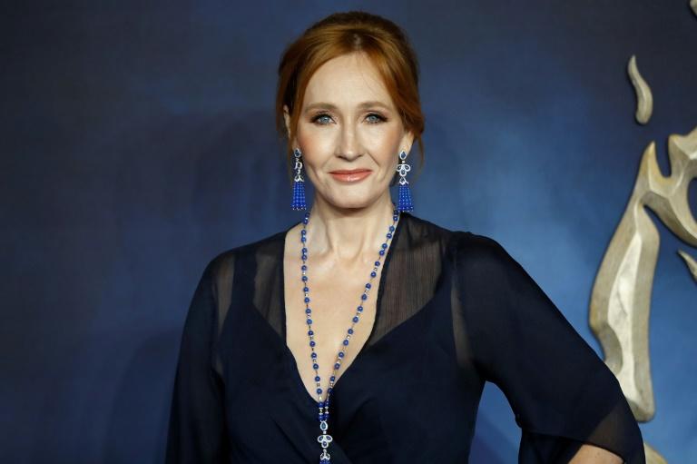 Acusada de transfobia, J.K. Rowling devolve um prêmio
