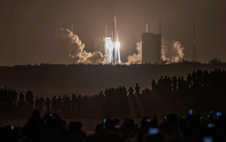 China lança sonda para coletar amostras da Lua