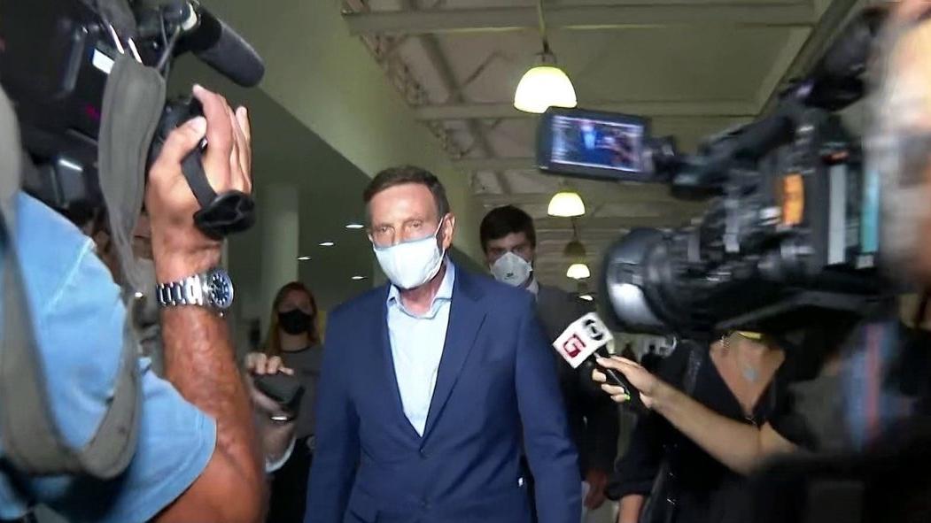 Após imbróglio, Crivella deixa presídio e vai para prisão domiciliar