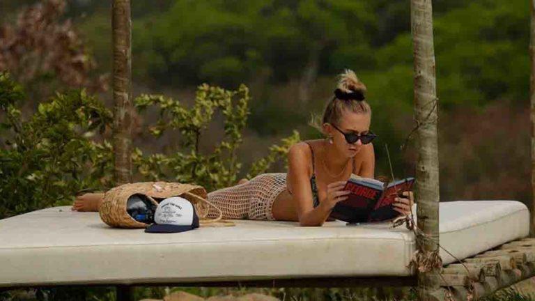 Isabella Scherer curte um dia de leitura na ilha.