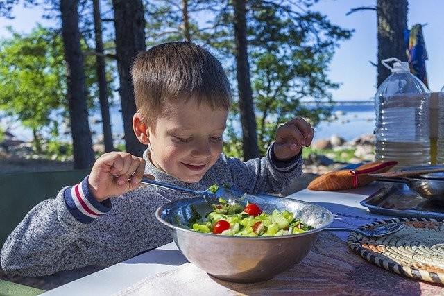 Saiba como fazer as crianças provarem novos alimentos