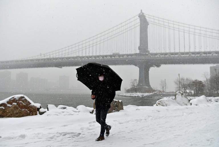 Texanos enfrentam longas filas sob frio polar para conseguir água potável
