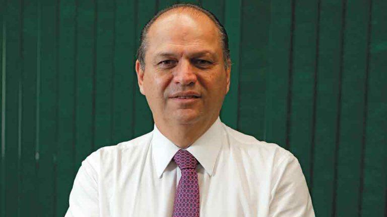 """>> OFENSIVA  Líder do governo  na Câmara e cotado para o Ministério  da Saúde, Ricardo Barros (PP)ameaçou """"enquadrar"""" a Anvisa"""