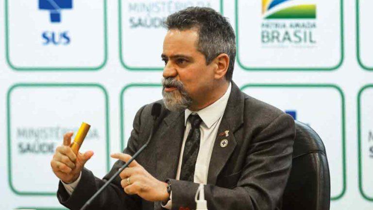 COMPRA  A JATO Élcio Franco  (acima à dir.), secretário- executivo do Ministério da  Saúde, anunciou aquisição de  10 milhões  de doses