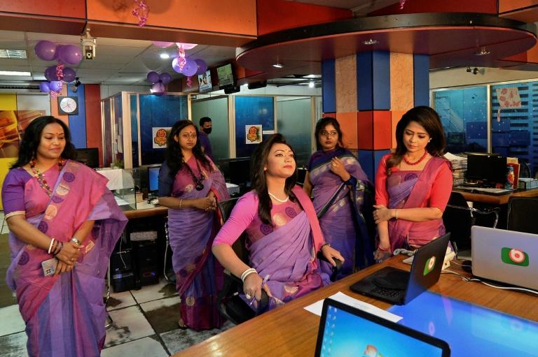 Apresentadora transgênero estreia na TV em Bangladesh
