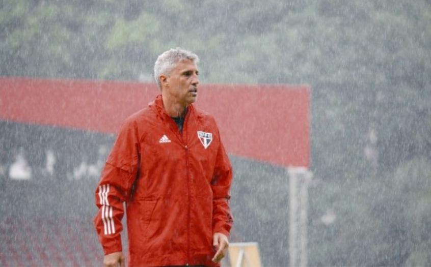 Sob forte chuva, São Paulo treina no CT da Barra Funda pela manhã