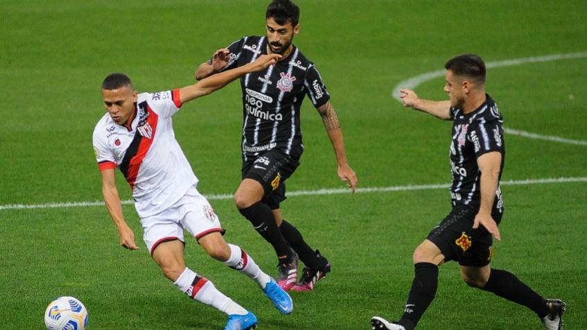Em noite de Fernando Miguel, Atlético-GO bate o Corinthians na estreia de Sylvinho