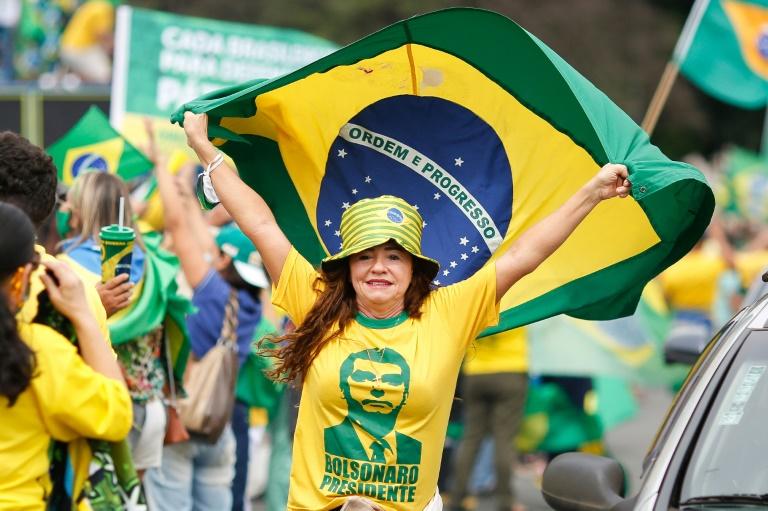 Manifestações pró-Bolsonaro concentram milhares em meio à pandemia